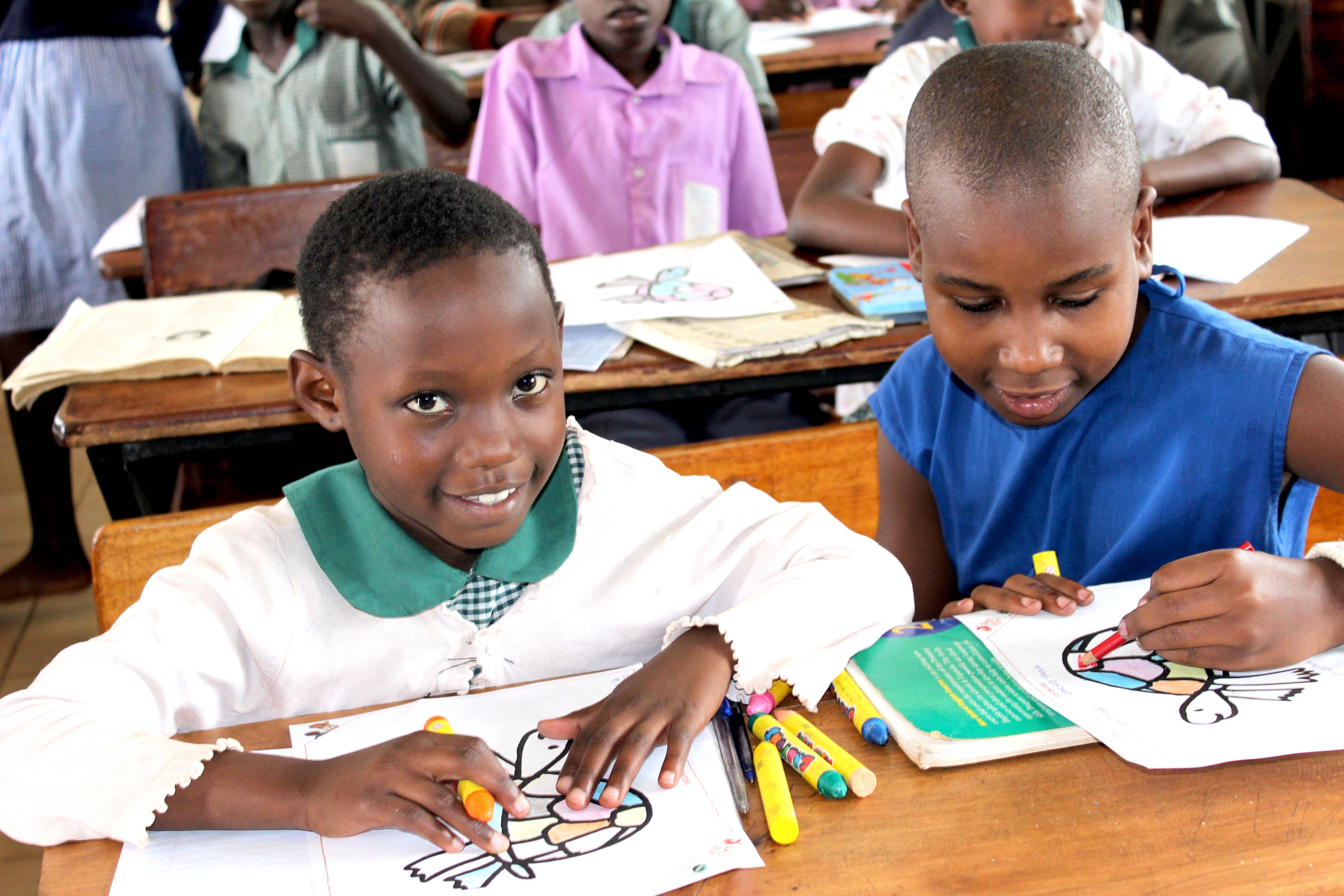 CHILDREN DURING THE ART CLASS